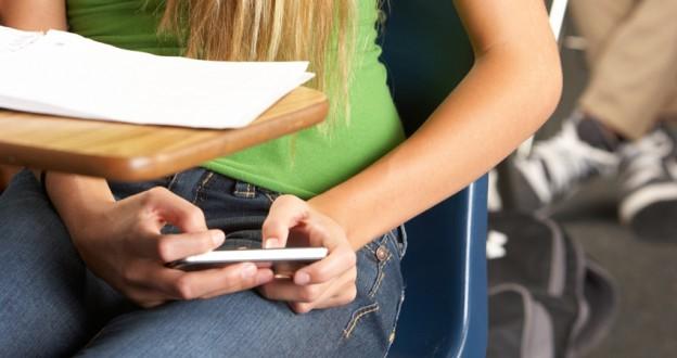 Por qué los niños deben evitar el uso del móvil en la escuela