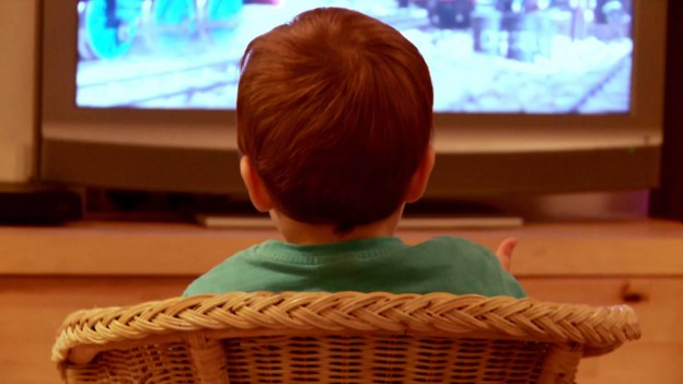 ninos frente a la television