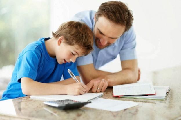 padres que ayudan a sus hijos a estudiar